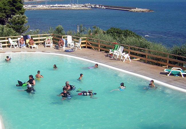 Piscina e spiaggia hydra club for Piscina n club
